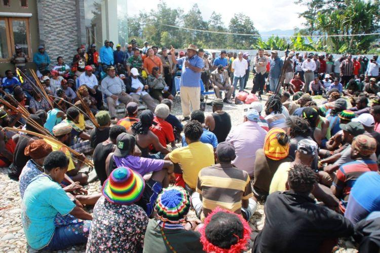 Bupati Lanny Jaya Befa Yigibalom (baju biru) tengah menemui massa yang melakukan demonstrasi dan menyafakan untuk menolak Otsus, Tiom, Lannya Jaya, Papua, Senin (29/3/2021)