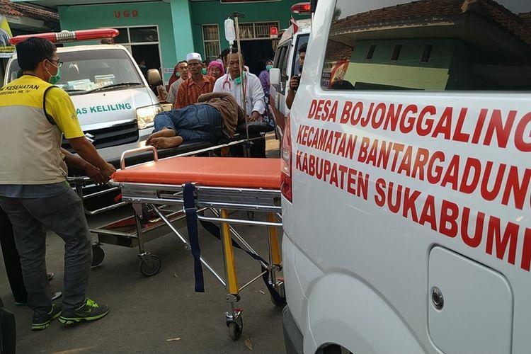 Seorang korban keracunan makanan massal di Sukabumi dievakuasi ke mobil ambulans untuk dirujuk ke RSUD Palabuhanratu, Sukabumi, Jawa Barat, Rabu (11/9/2019)