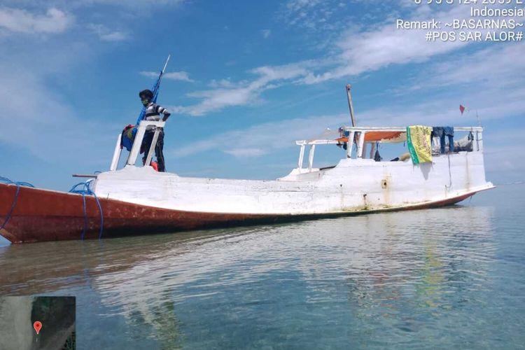 Foto : Tim Sar Maumere berhasil mengevakuasi KM Beringin Jaya bersama 5 orang penumpang di pantai Bota, perairan Alor, NTT, Senin (24/2/2020).