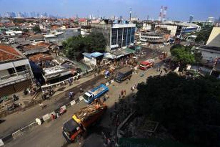 Suasana Jalan Jati Baru, Tanah Abang, Jakarta Pusat, yang bersih dari PKL setelah program penertiban Pedagang Kaki Lima (PKL) oleh petugas gabungan, Minggu (11/8/2013).