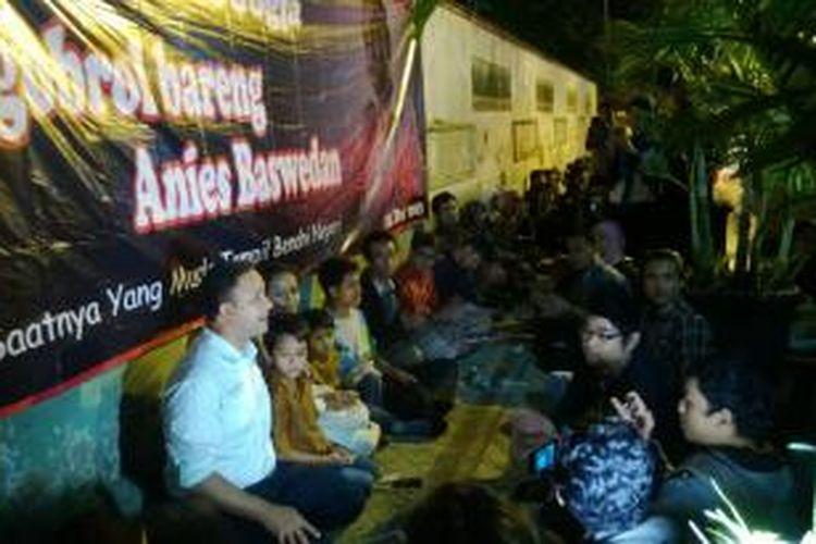 Dalam kampanyenya keliling Pulau Jawa, peserta konvensi capres Partai Demokrat, Anies Baswedan menggelar diskusi sambil minum kopi di sebuah warung kopi angkringan di Yogyakarta, Sabtu (21/12/2013) malam.