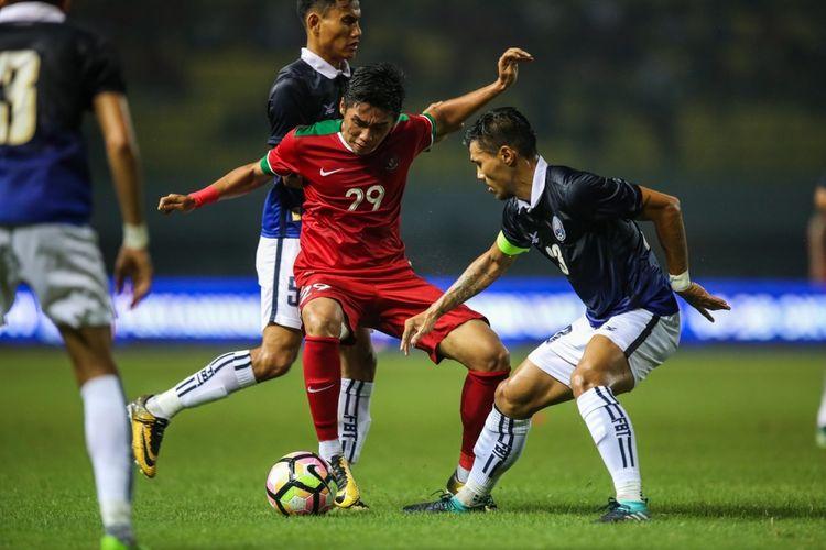 Pemain timnas Indonesia Septian David Maulana berebut bola dengan pemain timnas Kamboja di Stadion Patriot Candrabaga, Bekasi, Jawa Barat, Rabu (4/10/2017). Timnas Indonesia Menang 3-1 melawan Timnas Kamboja.