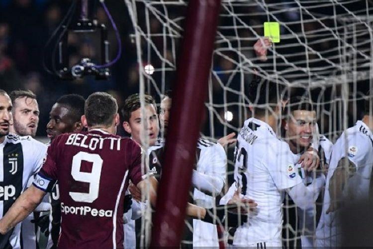 Cristiano Ronaldo mendapat kartu kuning seusai mencetak gol ke gawang Salvador Ichazo dalam Derbi della Mole, Torino vs Juventus, di Stadion Olimpico, 15 Desember 2018.