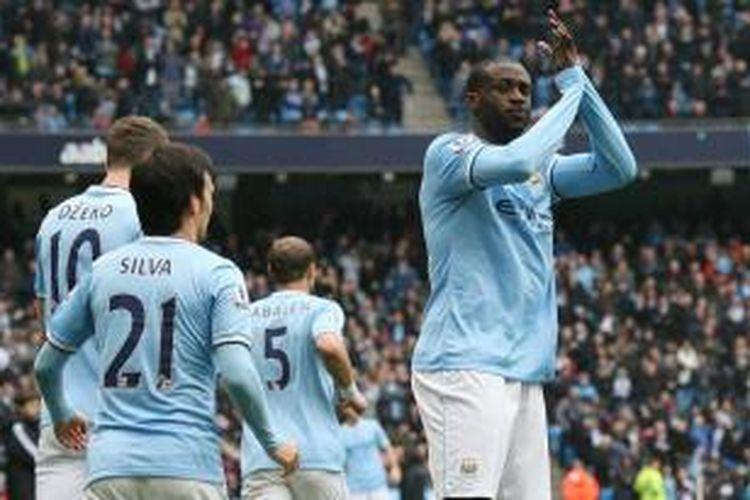 Selebrasi gelandang Manchester City, Yaya Toure, seusai membobol gawang Southampton dalam lanjutan Premier League, Sabtu (5/4/2014).