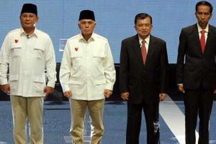 Pasangan capres dan cawapres, Prabowo-Hatta Rajasa dan Jokowi-Jusuf Kalla mengikuti acara debat di Balai Sarbini, Jakarta, Senin (9/6/2014). Debat capres dan cawapres rencananya akan dilakukan sebanyak lima kali selama masa kampanye.