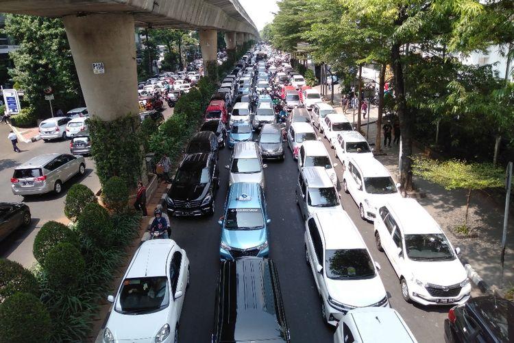 Demo di depan kantor Gojek, Melawai, Jakarta Selatan sempat menimbulkan kemacetan di sepanjang jalan Iskandarsyah, Melawai, Kemang, Jakarta Selatan, Senin (5/8/2019)