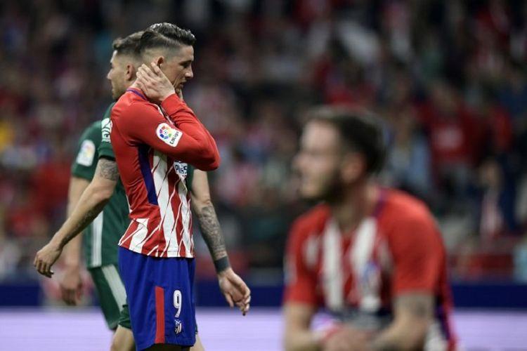 Fernando Torres tampak kecewa saat Atletico Madrid bermain imbang lawan Real Betis di Stadion Wanda Metropolitano, Minggu (22/4/2018).