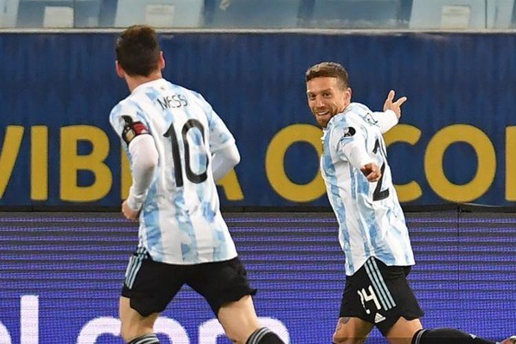 Kapten timnas Argentina Lionel Messi turut merayakan gol Alejandro Gomez ke gawang Bolivia pada matchday kelima Grup A Copa America 2021 di Stadion Arena Pantanal, Brasil, Selasa (29/6/2021).