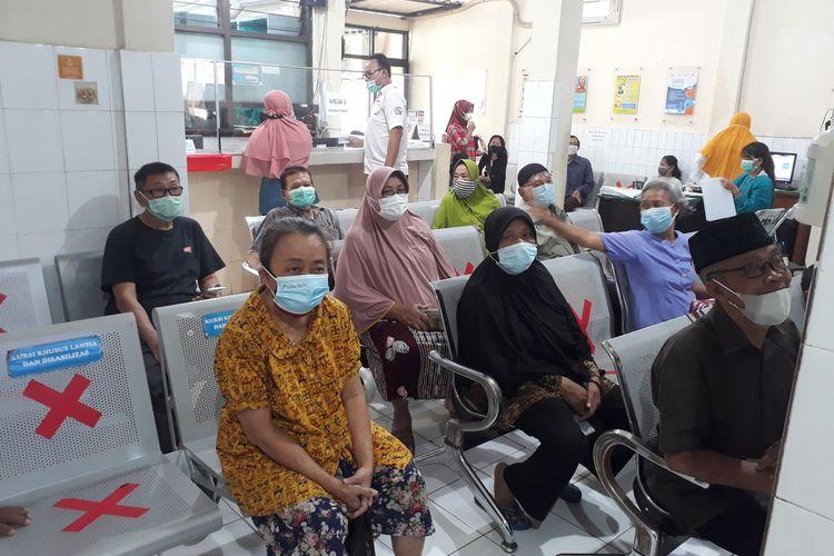 Sejumlah warga lansia melakukan pendaftaran pada pelaksanaan vaksin perdana bagi lansia di Puskesmas Kedungdoro, Surabaya, Jawa Timur, Selasa (23/2/2021).