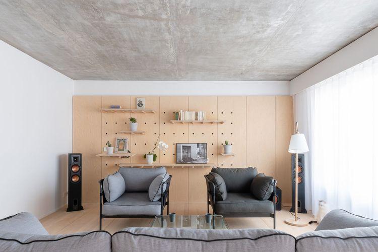 Akses sinar matahari dengan jendela kaca di ruang keluarga apartemen minimalis