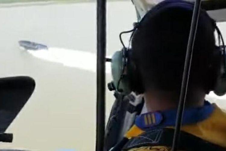 Polisi dari helikopter saat mencegat kapal hantu atau kapal tanpa nama di Laut Bangka Barat, Sabtu (5/6/2021).