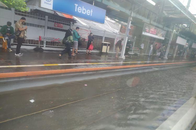 Banjir merendam jalur rel kereta api di Stasiun Tebet, Jakarta Selatan pada Kamis (18/2/2021) siang.