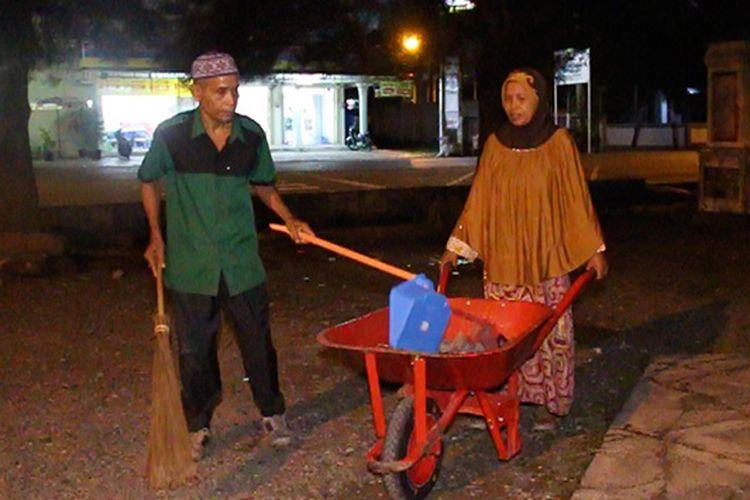 Cut Din Manaf (70) dan Isterinya Romlah (50) warga Desa Seunubok, Kecamatan Johan Pahlawan Kabupaten Aceh Barat sedang membersihkan halaman Masjid Agung Baitul Makmur Meulaboh, Jumat (11/08/17)