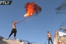 Sejumlah Pemuda Lakukan Aksi Protes Sembur Api di Puing-puing Gaza
