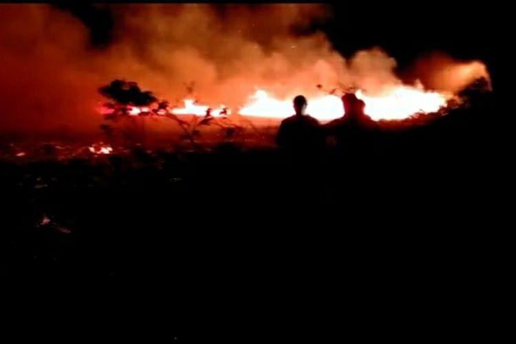 Petugas BPBD Kepulauan Meranti bersama kepolisian dan warga berjibaku memadamkan api karhutla di Desa Telesung, Kecamatan Rangsang, Kabupaten Kepulauan Meranti, Riau, Kamis (12/3/2020) dini hari.
