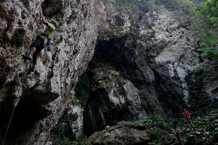 Pemanjat sedang memanjat jalur Covid-19 di Tebing Kuta Lingkung, Klapa Nunggal, Jawa Barat (13/6/2020). Tebing Kuta Lingkung merupakan tebing kapur yang berada di area Karst Klapa Nunggal dan memiliki potensi wisata minat khusus.