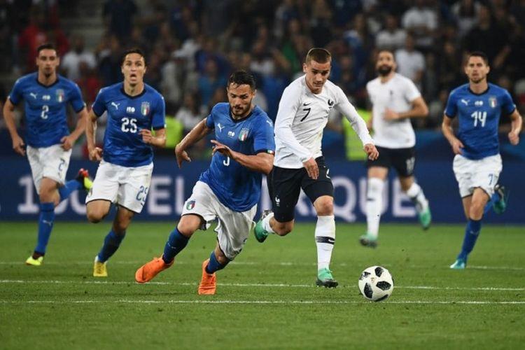 Antoine Griezmann (putih) berduel dengan Danilo D'Ambrosio saat timnas Perancis menjamu Italia pada laga uji coba di Stadion Allianz Riviera 1 Juni 2018.