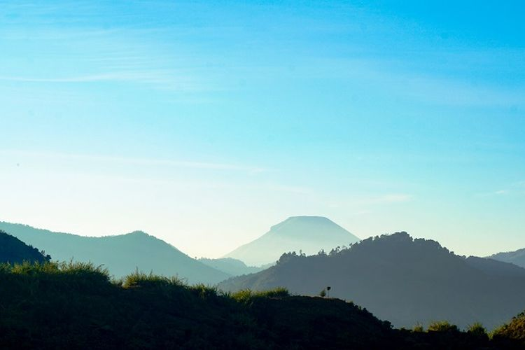 Tempat wisata di Kabupaten Banjarnegara - Pemandangan Gunung Sindoro yang terlihat dari Telaga Dringo di Dataran Tinggi Dieng, Kabupaten Banjarnegara, Jawa Tengah.