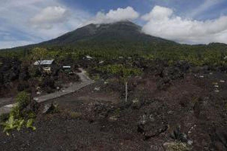 Ilustrasi: Lanskap Batu Angus di kaki Gunung Gamalama, Ternate, Maluku Utara, Kamis (5/7/2012). Batu Angus merupakan bongkahan lava kering dari letusan Gunung Gamalama ratusan tahun lalu.