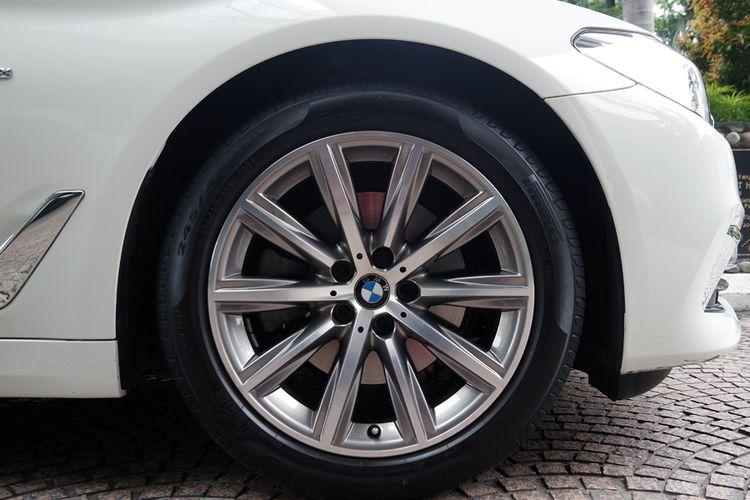 Pelek V-Spoke style 684 pada BMW 520i (G30).