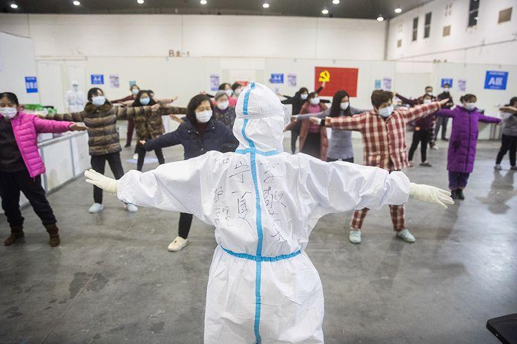Pasien dengan gejala ringan virus corona COVID-19 melakukan olahraga bersama saat menjalani perawatan di sebuah pusat pameran yang diubah menjadi rumah sakit darurat di Wuhan, Hubei, China (17/2/2020). Data hingga Rabu (19/2/2020) ini, korban meninggal akibat virus corona di China sudah mencapai 2.000 orang setelah dilaporkan 132 kasus kematian baru.