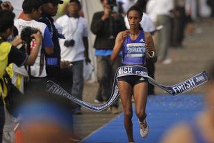 Pelari elite Ethiopia Mestawot Tadesse Shankutie menjadi yang tercepat dalam Mandiri Jakarta Marathon 2015 di Silang Monas Barat Daya, Jakarta, Minggu (25/10/2015). Mestawot Tadesse Shankutie  menjadi ratu kategori marathon elite runner putri dengan catatan waktu 2 jam 43 menit 29 detik.