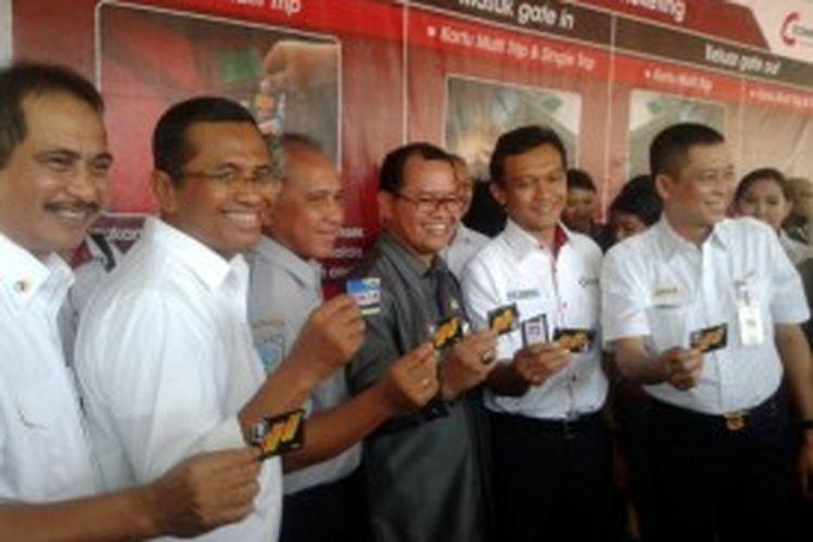 Menteri BUMN Dahlan Iskan (Dua dari kiri) bersama sejumpah direksi PT KAI, PT Telkom dan pejabat dari Kementrian Perhubungan saat peresmian e-ticketing dan tarif progresif di Stasiun Manggarai, Senin (1/7/2013)