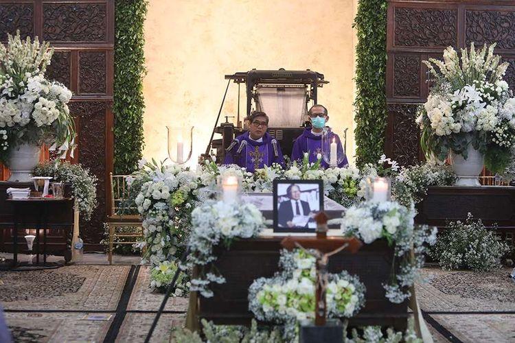 Romo Sindhunata, Sj (kiri) dan Romo LAsber Livinus Sinaga, CICM memimpin Misa Penguatan dan Penutupan Peti Jenazah  Pendiri Kompas Gramedia sekaligus Pemimpin Umum Harian Kompas Jakob Oetama  di  Gedung Kompas Gramedia, Palmerah Selatan, Jakarta, Rabu (9/9/2020). Jakob Oetama tutup usia pada Kamis (10/9) pada usia ke 88  tahun di Rumah Sakit Mitra Keluarga Kelapa Gading, Jakarta. Selanjutnya, jenazah dikebumikan di  Taman Makam Pahlawan Kalibata, Jakarta, pada  Kamis (10/9).