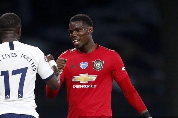 Paul Pogba (kanan) menyalami Moussa Sissoko (kiri) usai laga Tottenhan Hotspur vs Manchester United pada lanjutan pekan ke-30 Liga Inggris di Tottenham Hotspur Stadium, Sabtu (20/6/2020) dini hari WIB.