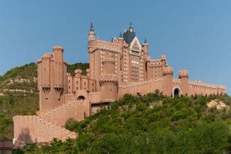 Keindahan arsitektur ala Eropa tidak hanya tersedia di Eropa. Di Tiongkok, grup Starwood Hotel akan membuka sebuah hotel di dalam tiruan kastil bergaya Bavaria. Castle Hotel, nama hotel di dalam kastil tersebut, akan menempati bangunan tiruan termegah di Tiongkok.