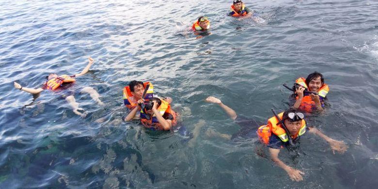Pengunjung saat snorkeling di Pulau Lengkuas, Bangka Belitung.
