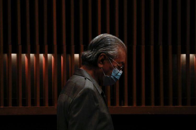 Mahathir Mohamad memakai masker saat menghadiri konferensi persi di Putrajaya, Malaysia, 18 Mei 2020.