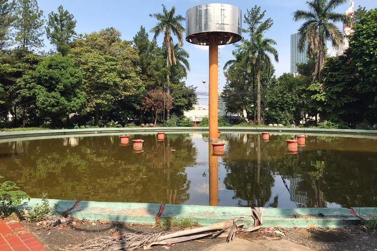 Suasana Taman Wisata Martha Tiahahu, Melawai, Kebayoran Baru, Jakarta Selatan pada Senin (9/11/2020) sore. Kondisi Taman Martha Tiahahu terlihat memprihatinkan dengan sampah bertebaran di beberapa titik serta rumput yang tak terurus.