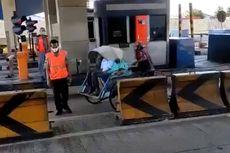 Petugas Kaget, Becak Muat 2 Penumpang Berjalan Santai di Tol Surabaya-Gresik