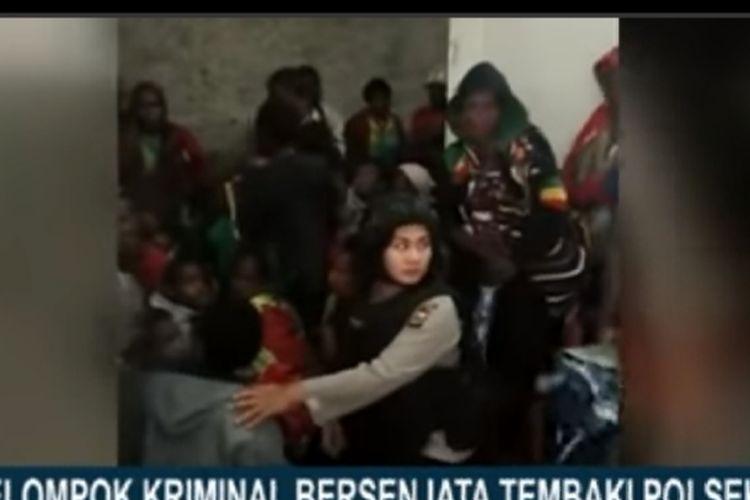 Tangkapan layar aparat melindungi ibu dan anak-anak yang berlindung dari tembakan KKB di Tembagapura (Sumber: Kompas TV)