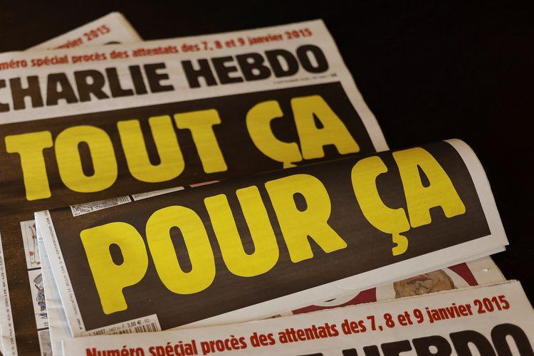 Foto yang diambil pada 1 September 2020 memperlihatkan halaman muka majalah satir Perancis, Charlie Hebdo, bertuliskan Semua ini hanya untuk itu, guna menandai dimulainya sidang terhadap 14 komplotan pelaku Kouachi Bersaudara, yang menyerang kantor mereka pada 7 Januari 2015 di mana 12 orang tewas.