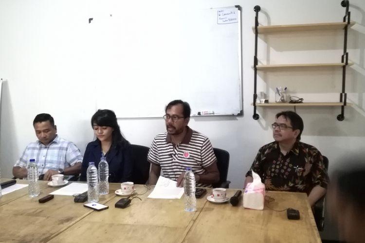 Kiri ke kanan: Pengacara pegawai kontrak di Dewan Pengawas BPJS Ketenagakerjaan RA, RA, Direktur Lokataru Foundation Haris Azhar dan  aktivis pembela korban kejahatan seksual, Ade Armando dalam konferensi pers di Lokataru Foundation, Jakarta, Minggu (3/2/2019).