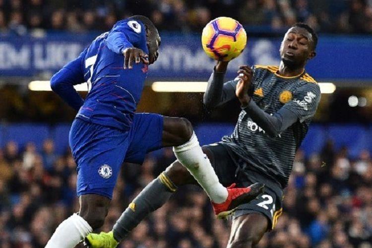 Ngolo Kante (kiri) sedang berebut bola dengan penyerang sayap Wilfred Ndidi pada laga Chelsea vs Leicester City dalam pekan ke-18 Liga Inggris di Stadion Stamford Bridge, 22 Desember 2018.