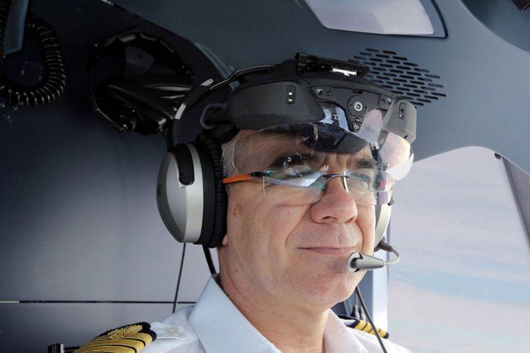 Head-mounted display Clearvision yang dikembangkan ATR.