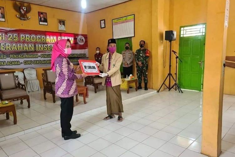 Bupati Tulang Bawang Winarti menyerahkan secara simbolis santunan beras kepada 25 anak yatim di Kecamatan Banjar Agung, Kamis (29/4/2021)