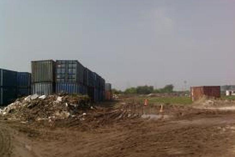 Sejumlah peti kemas, alat berat, dan alat transportasi ditempatkan di lahan yang akan dijadikan Stadion BMW di Sunter, Jakarta Utara, Jumat (19/7/2013). Pengguna sementara lahan itu menggunakan lahan tersebut untuk menempatkan barang-barang tersebut sebelum pembangunan stadion dimulai pada Oktober 2013.