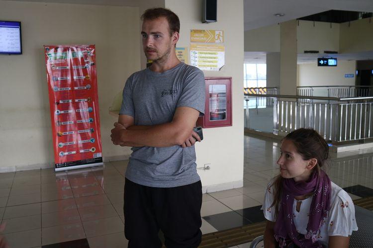 Pasangan turis asing yaitu Peter dan Teresa asal Jerman, memberikan kesan positif terhadap terminal Pulo Gebang, Jumat (1/11/2019).