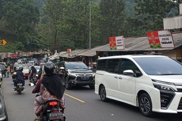 Sejumlah kendaraan mengular di Jalur Puncak Bogor dari arah Gunung Mas sampai Masjid AttaAwun, Bogor, Minggu (14/6/2020).