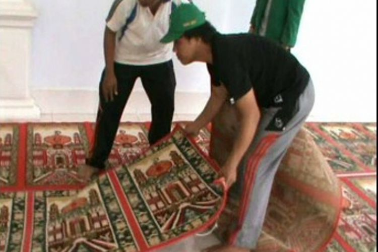 Masjid-masjid di Polewali Mandar menggelar tradisi Mappacing atau membenahi masjid dengan cara membersihkan lantai dan bangunan masjid, mencuci atau mengganti karpet, membenahi sound system dan peralatan pendingin ruangan, seperti kipas atau AC.