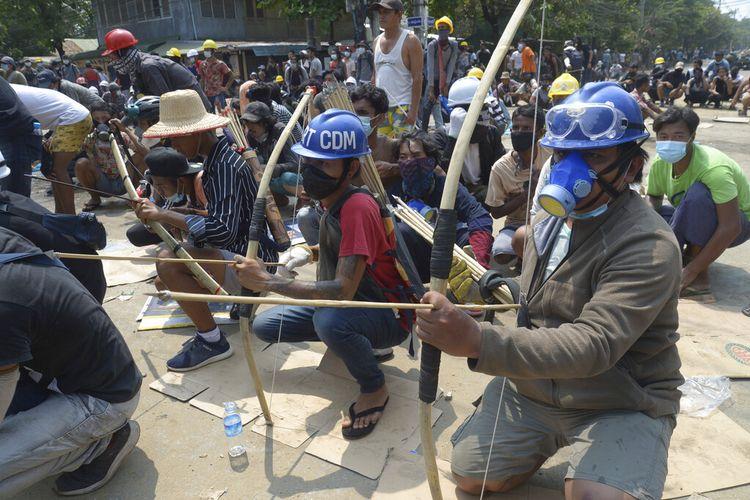 Demonstran anti-kudeta menyiapkan busur dan anak panah darurat untuk menghadapi polisi di kotamady kota Thaketa Yangon, Myanmar, Sabtu, 27 Maret 2021.