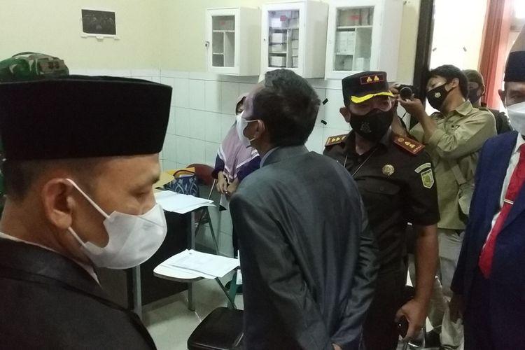 suasana dialog petugas Sidak dan pihak RSUD Praya