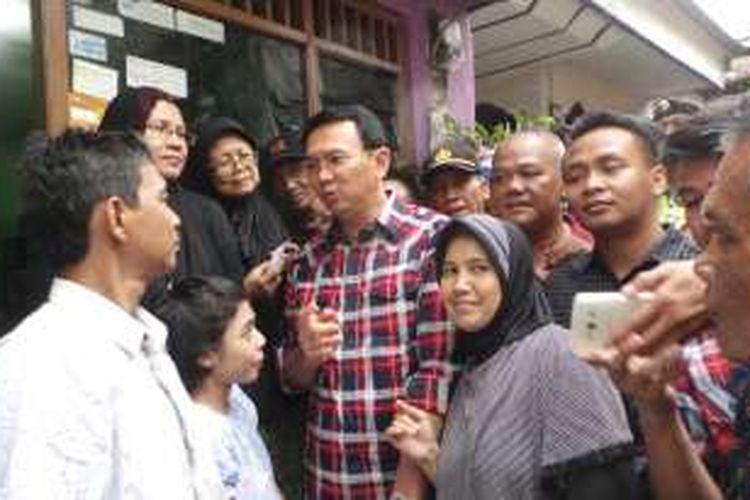 Calon gubernur DKI Jakarta Basuki Tjahaja Purnama atau Ahok saat blusukan ke Ciracas, Jakarta Timur, Selasa (15/11/2016).