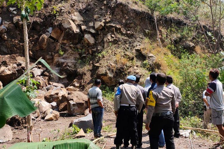 Longsor tambang batu di Ngawi membuat Sukimin warga Desa Malang Kabupaten Ngawi tewas tertimbun material batu.