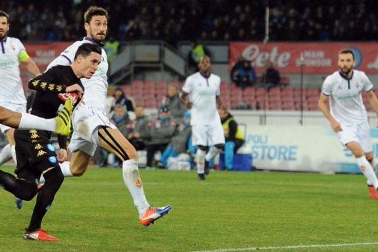 Jose Callejon mencetak gol Napoli ke gawang Fiorentina pada partai perempat final Coppa Italia di Stadion San Paolo, Selasa (24/1/2017).