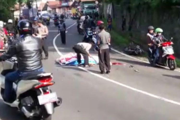 Polisi melakukan olah TKP kecelakaan lalu lintas melibatkan motor dengan truk batu bara di Jalan Raya Bandung-Sumedang, Senin (21/1/2019). Foto screenshoot video/AAM AMINULLAH
